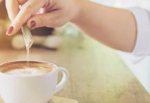 menuangkan sakarin ke kopi