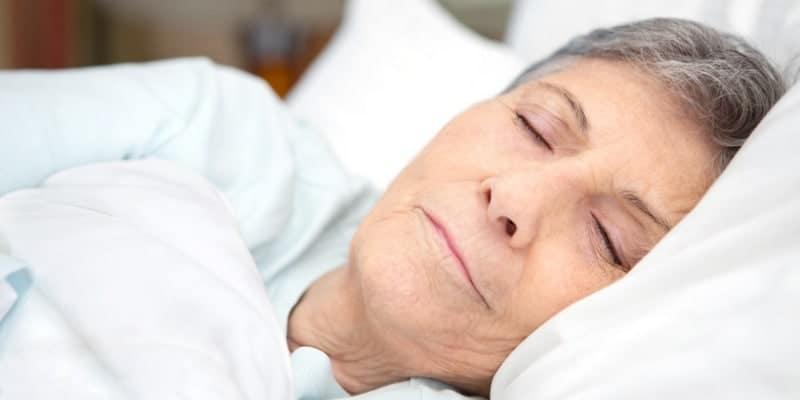 wanita lansia tidur nyenyak