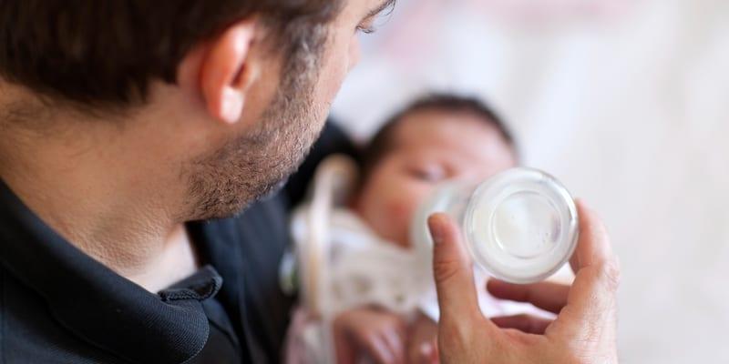 Suami membantu istri yang mengalami baby blues