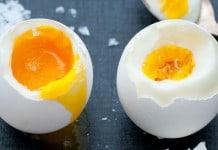 Ilustrasi Makan Telur Setengah Matang